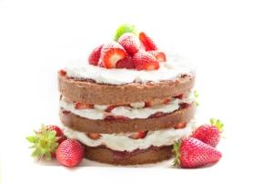 Hübscher dreischichtiger Kuchen mit Erdbeeren