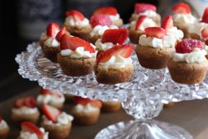 Kleine Erdbeertörtchen auf einem Glaspodest